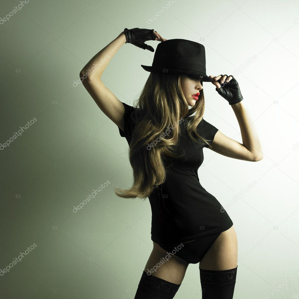 Portrait of beautiful dancing girl in hat — Stok fotoğraf #2315271