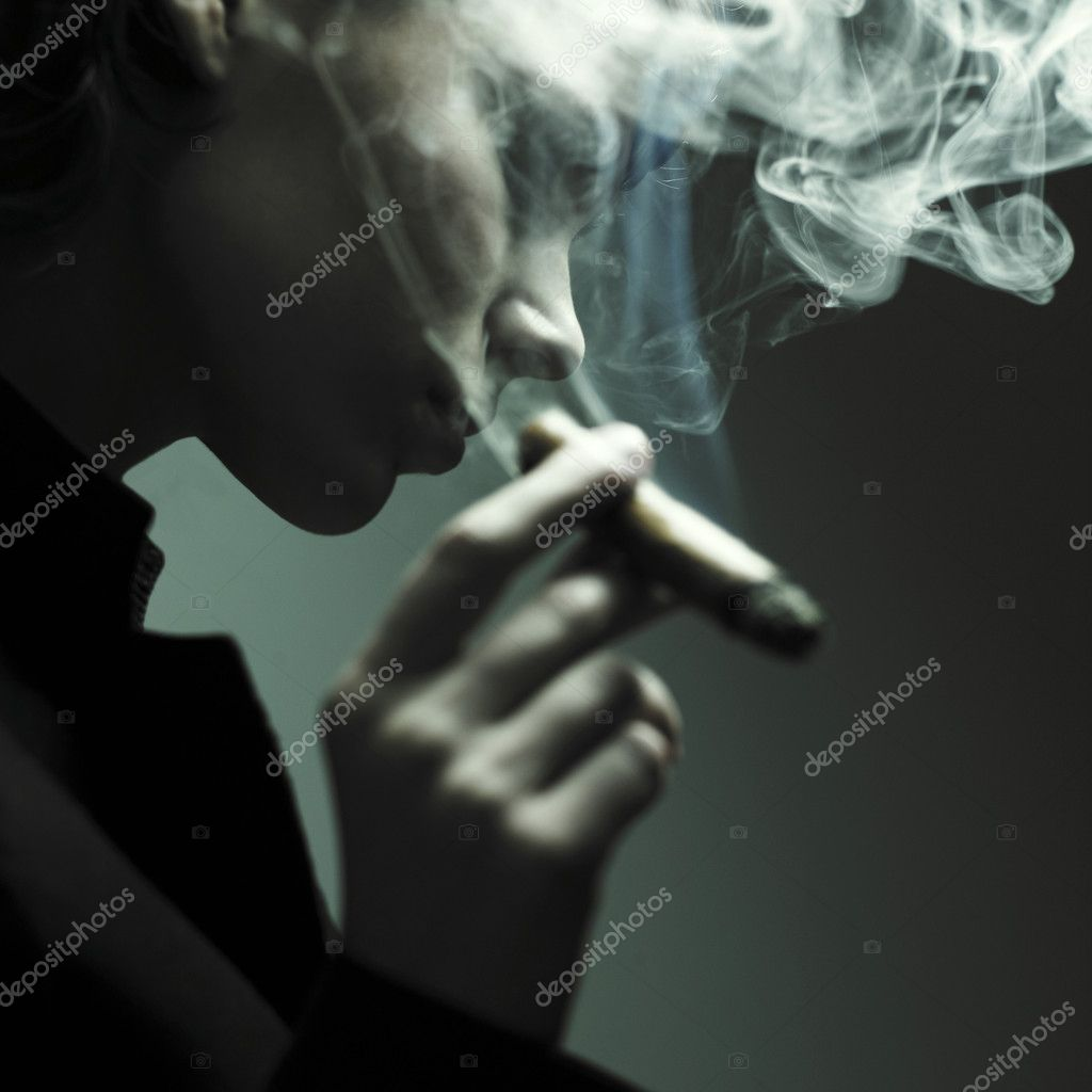 Woman smoking cigars. Studio fashion photo — Stock Photo #2670139