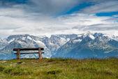 Lege bankje in de hoge bergen — Stockfoto