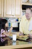 Homem idoso compartilhamento de cookies — Fotografia Stock