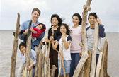 Biracial familj tillsammans på stranden — Stockfoto