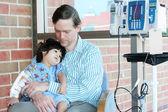 Enfant tenue père inquiet à l'hôpital — Photo