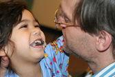 Chore dziecko z ojcem w szpitalu — Zdjęcie stockowe