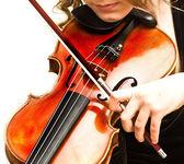 Mujer joven practicando su violín — Foto de Stock