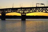 Solnedgång på en bro — Stockfoto