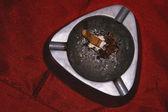 Brudne metalowe popiół tacę — Zdjęcie stockowe