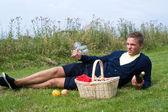 Genç adam piknik için hazır — Stok fotoğraf