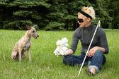 Blinde Frau spielen mit ihrem Hund litte — Stockfoto