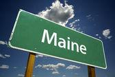 Maine zelené dopravní značka na oblohu a mraky — Stock fotografie