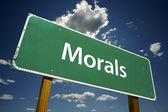 Moral grün straßenschild — Stockfoto