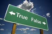 Znak drogowy prawda, fałsz, z dramatycznych niebieski — Zdjęcie stockowe