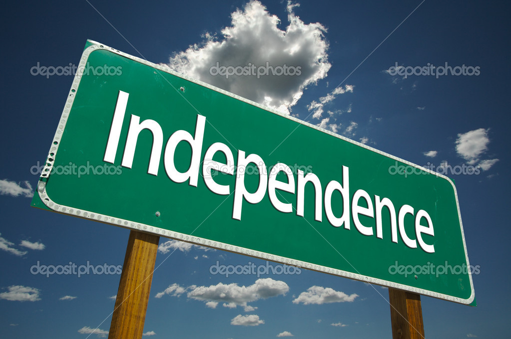 Independence Green Road Sign with Dramatic Clouds and Sky. — Stock Photo #2329635