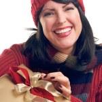 bruneta žena má vánoční dárek — Stock fotografie