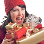 brunett kvinna håller semester presenter — Stockfoto