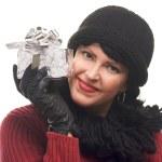 půvabná brunetka drží vánoční dárek — Stock fotografie