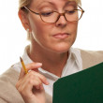 vacker kvinna med penna och mapp — Stockfoto