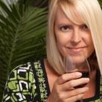 mooie blonde met glas wijn — Stockfoto
