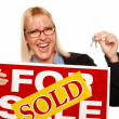 Woman Holding Keys, Sold For Sale Sign — Foto de Stock