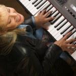 samice hudebník vystupuje s klavír — Stock fotografie