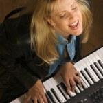 kvinnliga musiker utför — Stockfoto
