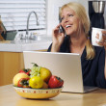 donna felice sul telefono cellulare e computer portatile — Foto Stock