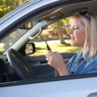 Woman Text Messaging While Driving - 图库照片