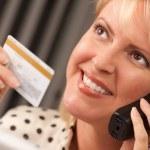 mulher em seu laptop, segurando o cartão de crédito — Foto Stock