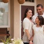 spansktalande familj framför nya hem — Stockfoto