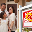 Hispanic Family in Front of New Home — Stockfoto