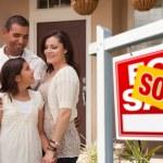família hispânica na frente de casa nova — Foto Stock