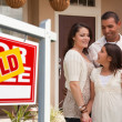 Hispanic Family and Real Estate Sign — Stockfoto