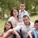 feliz familia hispana en el parque — Foto de Stock