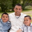 Foto Stock: Father and Sons in the Park