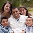 hispanische Familie im park — Stockfoto