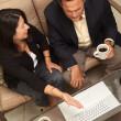 Мужчина и женщина, используя ноутбук с кофе — Стоковое фото