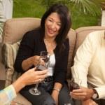 tři přátelé těší vína na terase — Stock fotografie