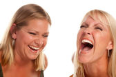 Zwei schöne schwestern lachen isoliert — Stockfoto