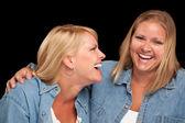 две красивые сестры, смеясь изолированных — Стоковое фото