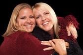 две красивые улыбающиеся портрет сестры — Стоковое фото