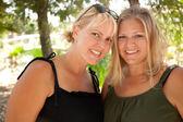 две красивые улыбающиеся сестры на открытом воздухе — Стоковое фото