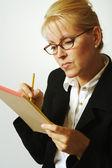 секретарь женщина берет отмечает — Стоковое фото