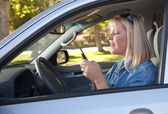 žena textových zpráv během jízdy — Stock fotografie