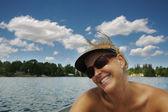 Girl Enjoys a Sunny Day on the Lake — Stock Photo