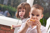 Young Sister and Brother Eating an Apple — Foto Stock
