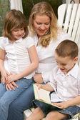 Lectures du jeune garçon à sa mère et sa sœur — Photo