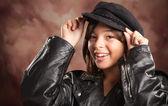Vrij hispanic meisje met hoed en lederen jas — Stockfoto