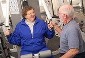 高级夫妇工作在健身房 — 图库照片