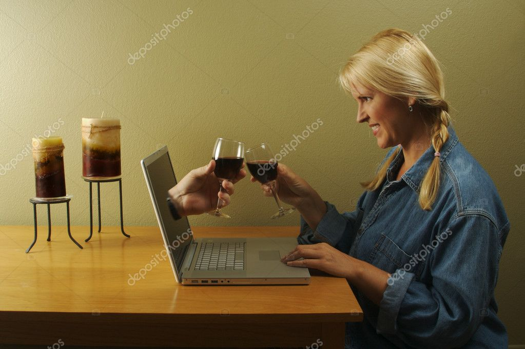 Attractive woman toasting a wine glasses with her online date coming through her laptop screen. — Stok fotoğraf #2345166