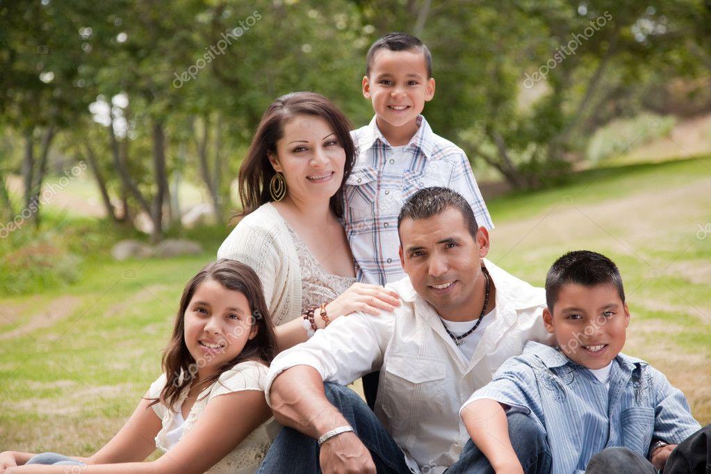 Feliz familia hispana en el parque — Foto stock ...