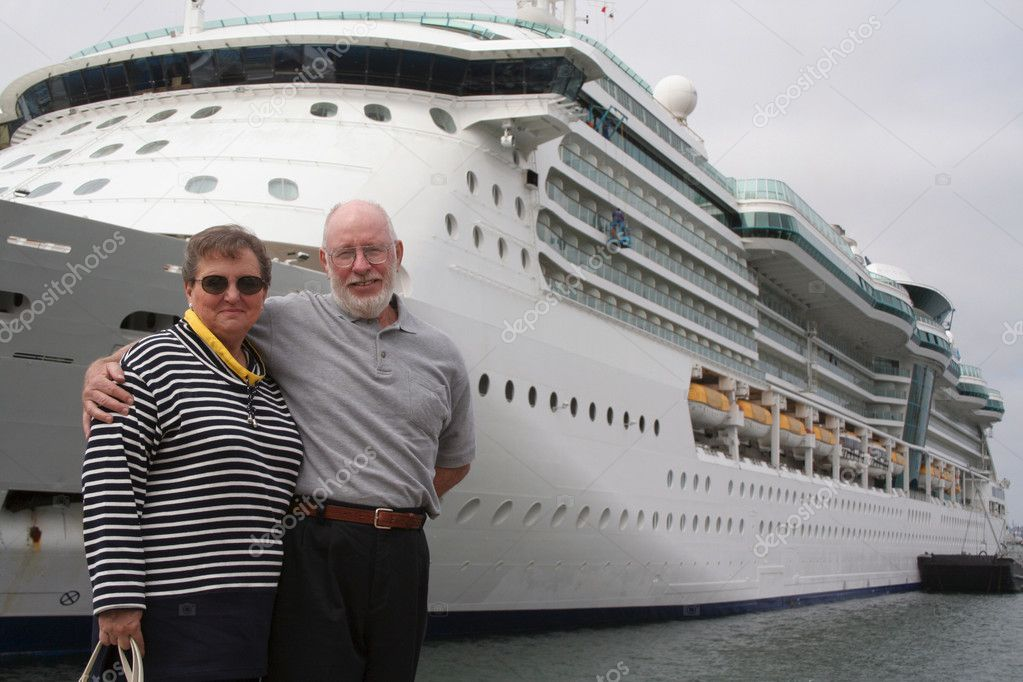 Senior couple ready for another cruise in front of a cruise ship — Stock Photo #2348756